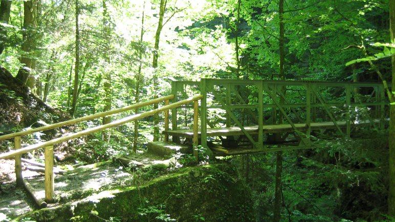 Vorsicht auf der Eisenbrücke! Das Geländer ist nicht kindersicher, Kinder sollten immer fest an die Hand genommen werden!