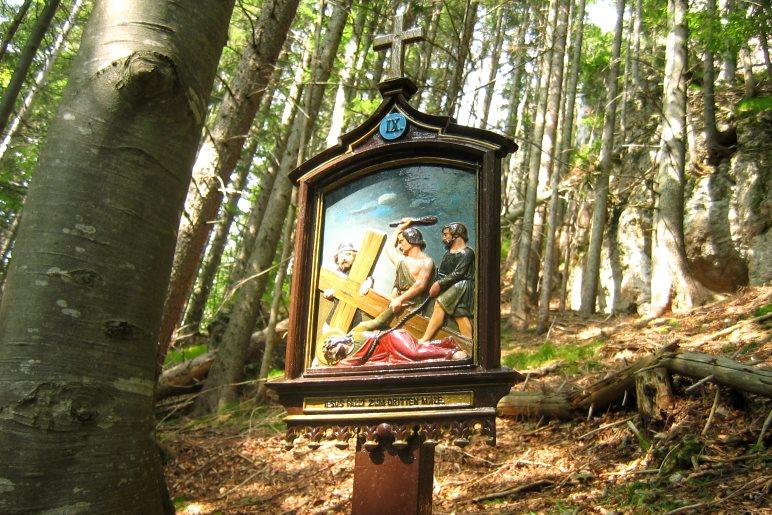 Auf 14 Tafeln wird auf dem Kreuzweg hinauf zum Riederstein die Leidensgeschichte Christi dargestellt