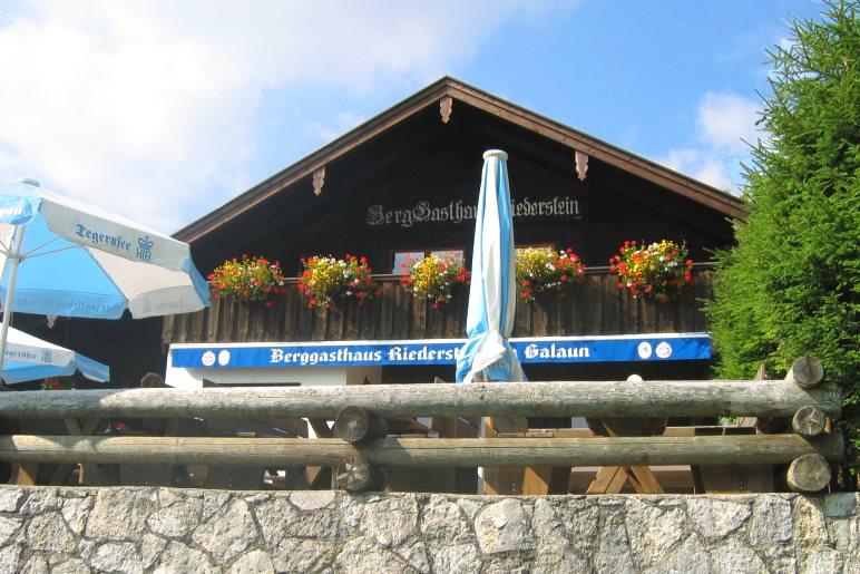 Das Berggasthaus Galaun ist Endpunkt der normalen Wanderung. Direkt dahinter beginnt der Kreuzweg, der über mehrere hundert Stufen hinauf zur Kapelle auf dem Riederstein führt