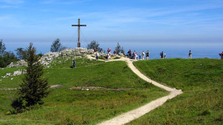 Das Gipfelkreuz steht auf dem Weg zwischen der Bergstation der Kampenwandbahn und dem Staffelstein