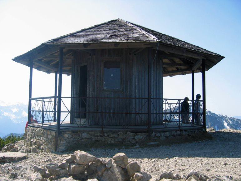 Auf dem höchsten Punkt des Herzogstands, noch etwas höher als das Gipfelkreuz, steht der Herzogstand-Pavillon