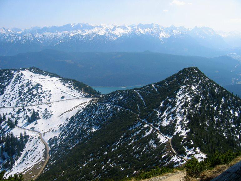 Mitte März sieht man noch einigen Schnee auf den Bergen, auch auf dem Weg zum Gipfel des Herzogstands
