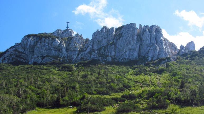 Der Gipfel der Kampenwand besteht aus mehreren schroffen Felszacken. Auf dem Ostgipfel befindet sich ein 12 Meter hohes Gipfelkreuz