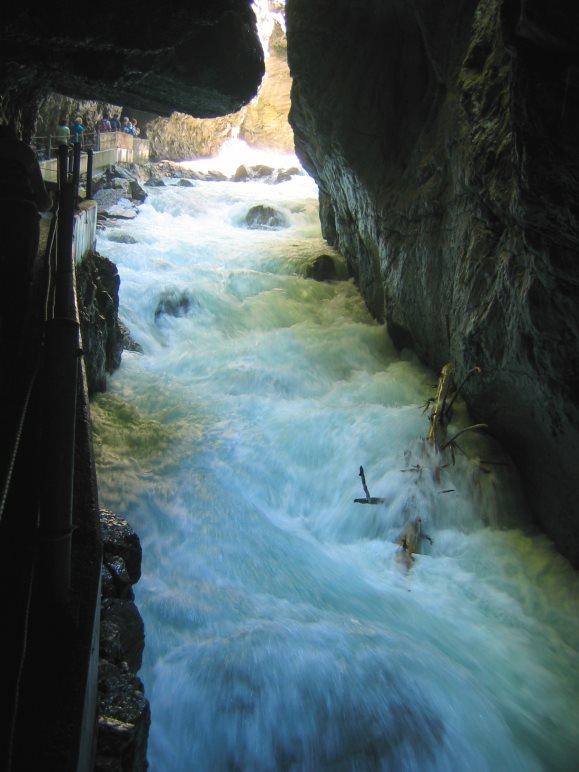 Unter den überhängenden Felsen führt der Weg durch die Partnachklamm