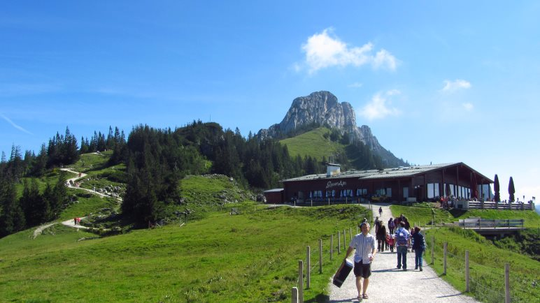 Nur wenige Meter von der Bergstation der Kampenwandbahn entfernt liegt die Sonnenalm