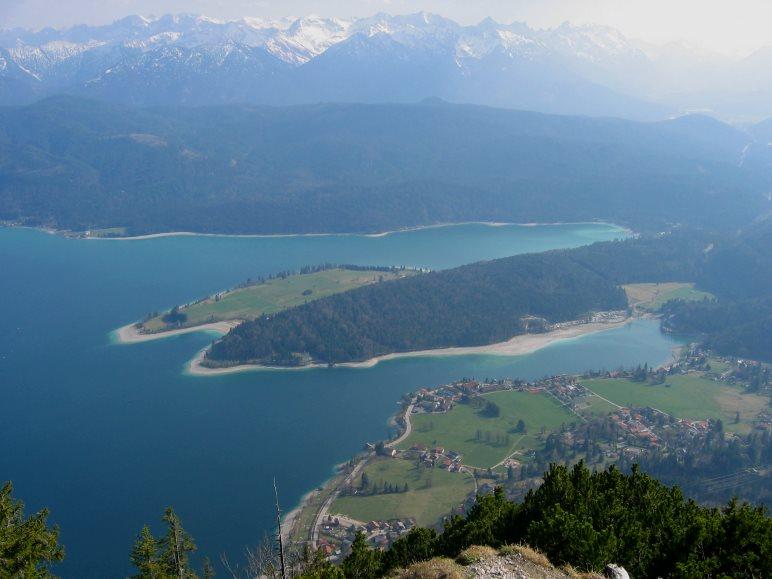 Vom Weg auf den Herzogstand-Gipfel hat man einen tollen Blick auf den Walchensee und die Alpen
