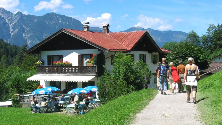 Die Wettersteinalm bietet Gelegenheit zum Rasten, Sonnenbaden und Toben