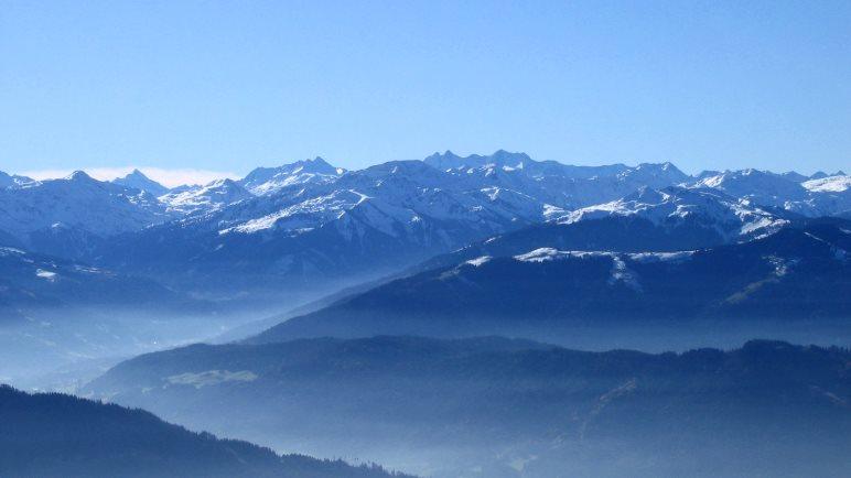 Großartige Aussicht vom Pendling auf die österreichischen Alpen