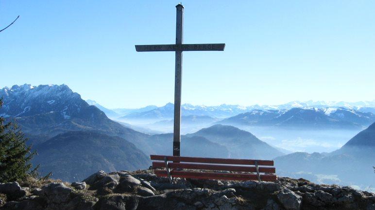 Das Gipfelkreuz des Pendling mit Blick auf die Alpen