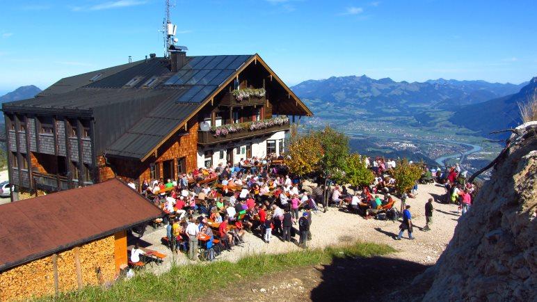 Bei schönem Herbstwetter ist immer viel los: Das Pendlinghaus mit Sonnenterrasse