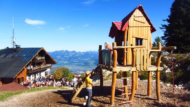 Für Kinder gibt's ein schönes Spielhaus neben dem Pendlinghaus