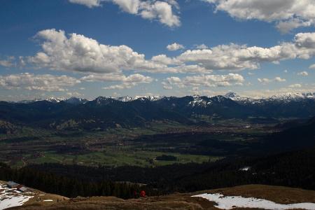 Das Panorama, dass sich vom Zwieselberg aus bietet. Neben Benediktenwand und Brauneck sieht man bis weit in die österreichischen Alpen.