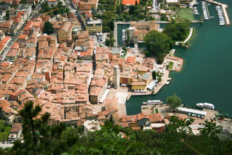 Ausblick auf die Dächer der Altstadt von Riva del Garda