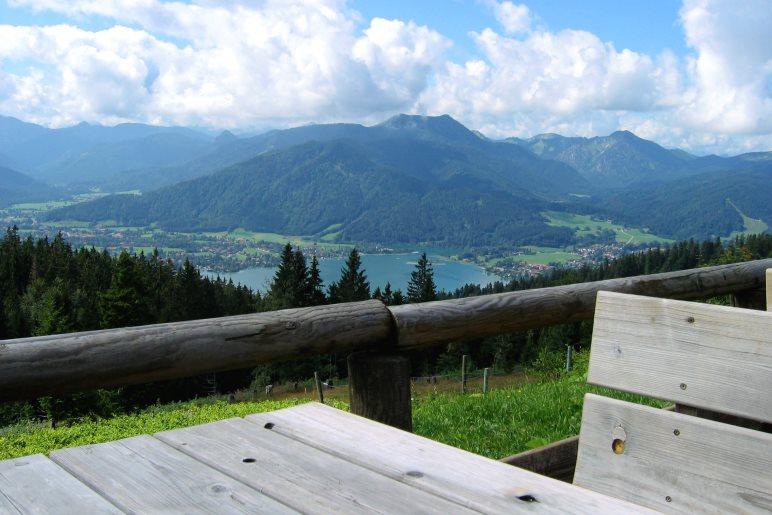 Von der Terrasse der Neureuth hat man einen schönen Blick auf den Tegernsee