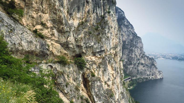 Die in den steilen Fels gehauene Ponalestraße, hoch über dem Gardasee
