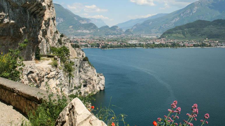 Blick von der Ponalestraße  auf Riva del Garda und den Monte Brione