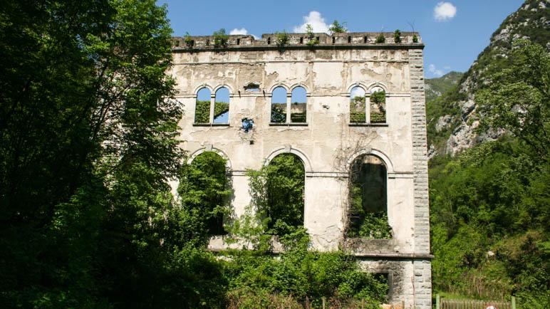Die Ruine des Wasserkraftwerks Rovereto im Ponaletal