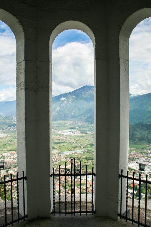Ein Blick aus der Kapelle heraus auf das Umland