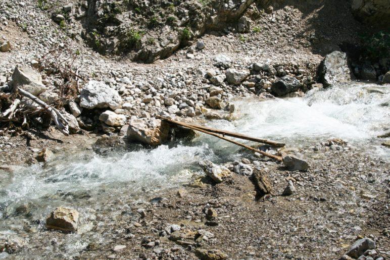 Ein schmaler Steg führt über den Bergbach