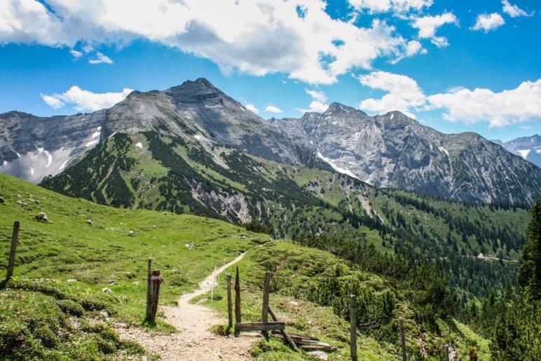 Grandiose Ausblicke auf die Karwendelberge sind bei dieser Wanderung garantiert