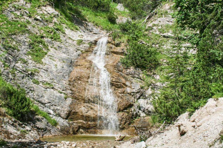 Ein Wasserfall zum Ende der Wanderung