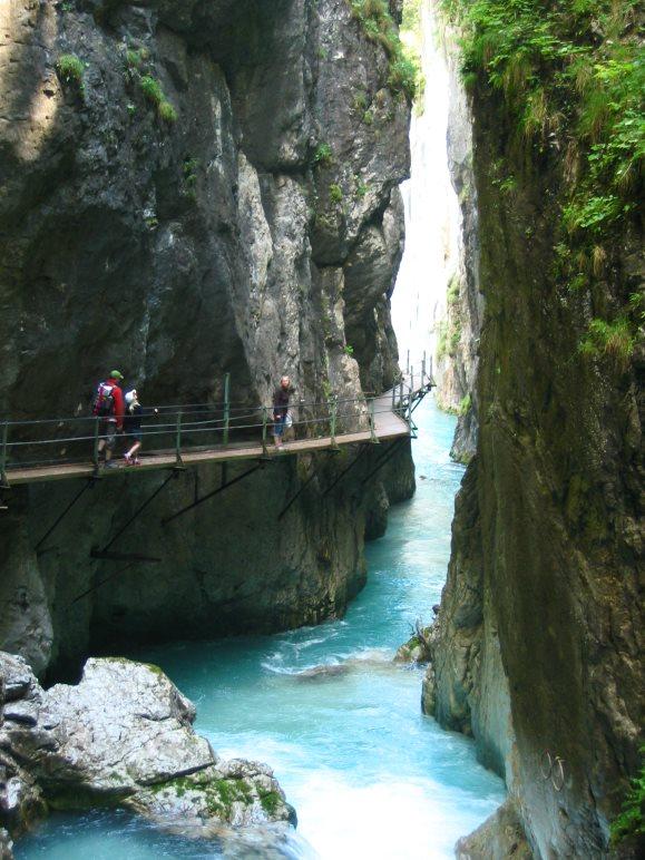 Auf dem Weg durch die alte Leutaschklamm zum Wasserfall