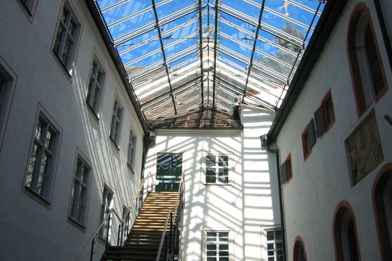 Alte Gebäude und moderne Architektur im Innenhof des Klosters Andechs