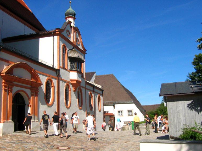 Vor der Kirche des Kloster Andechs