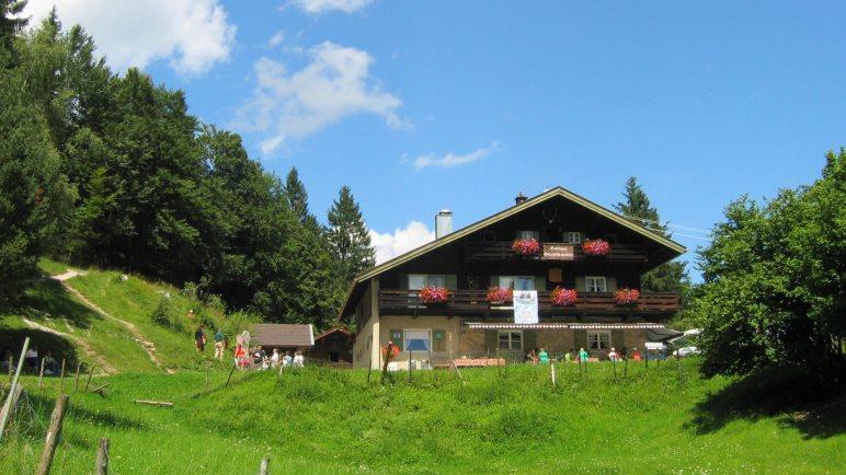 Das Gasthaus Gletscherschliff liegt auf einer großen Wiese im Wald