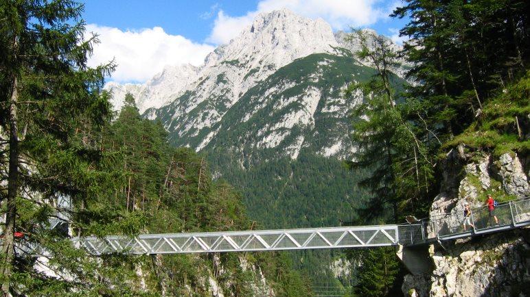 Nicht umsonst ist es die Panoramabrücke: Toller Blick auf das Karwendelmassiv