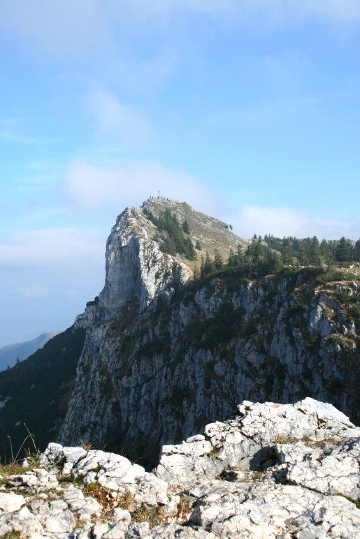 Vom Bockstein-Gipfel aus sieht man den mächtigen Felsgipfel des Breitenstein
