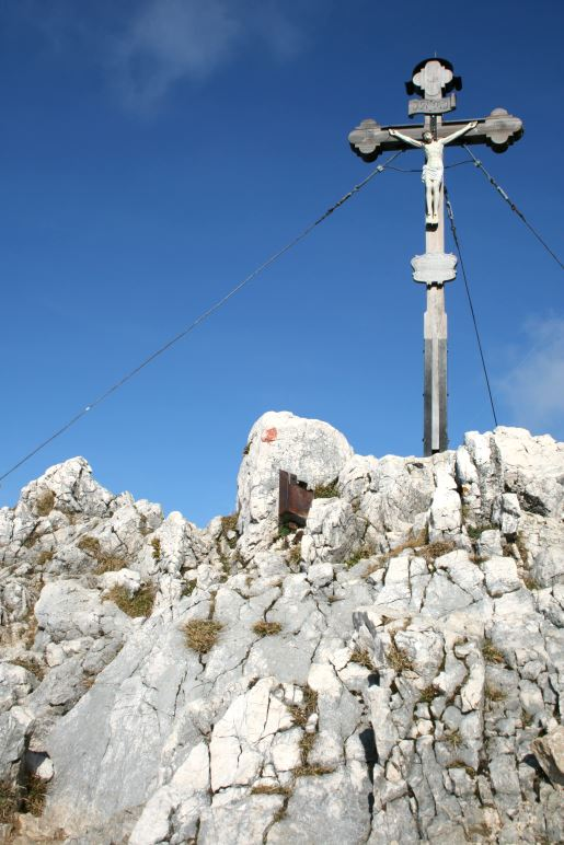 Das Gipfelkreuz auf dem felsigen Gipfel des Breitenstein
