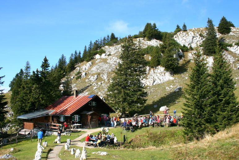 Knapp unterhalb des Breitenstein-Gipfels liegt die Hubertushütte mit ihrem gemütlichen Biergarten