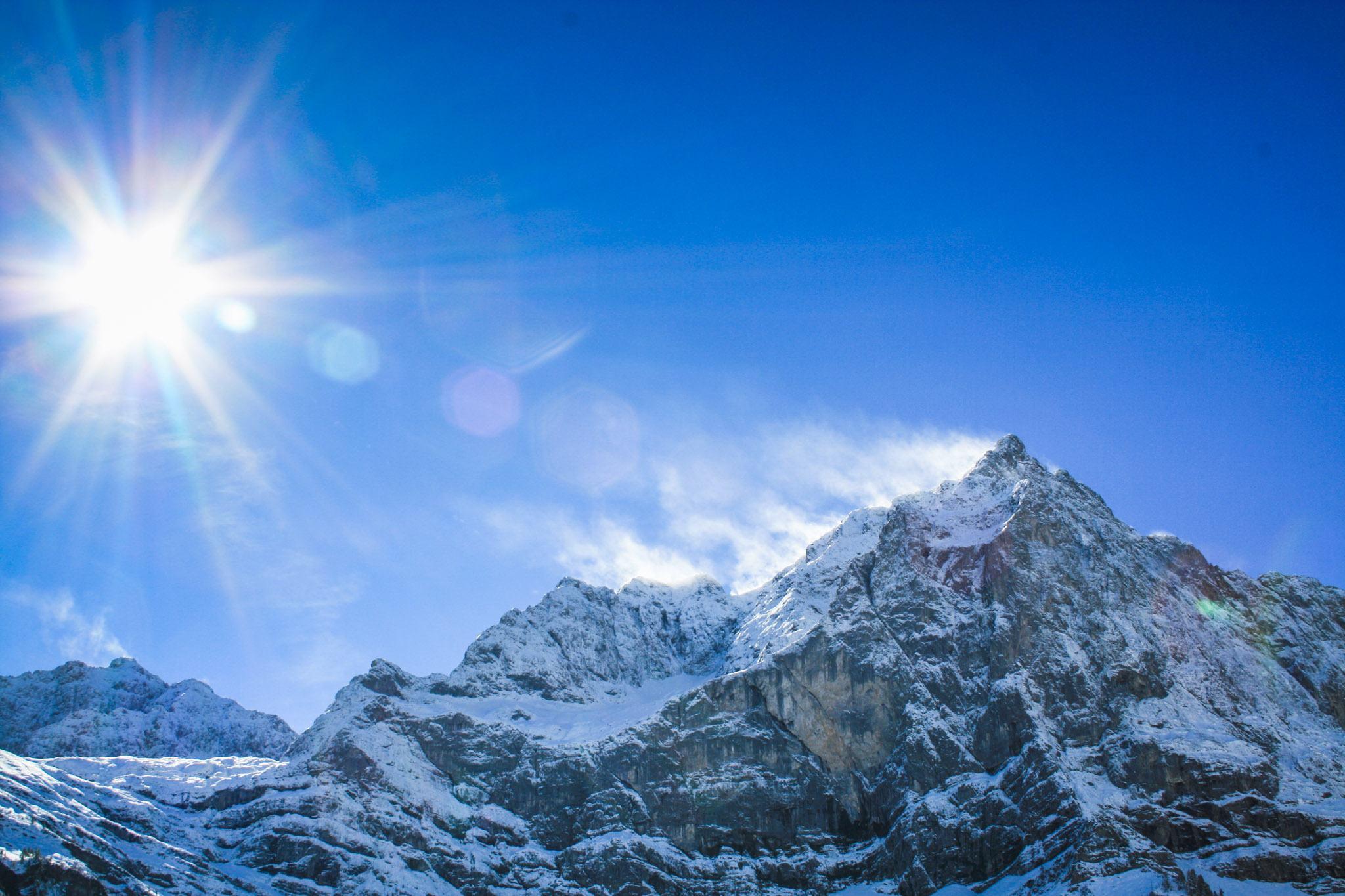 Die Herbstsonne lässt den Schnee auf den Bergen schmelzen