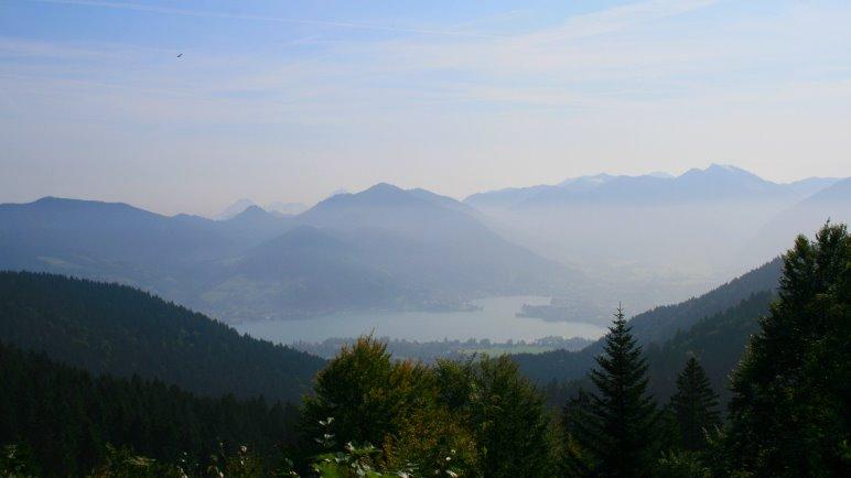 Der Tegernsee und die Berge des Südostufers im morgendlichen Dunst