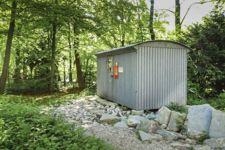 Die alte Biwakschachtel vom Jubiläumsgrat steht nun im Garten des Alpinen Museums