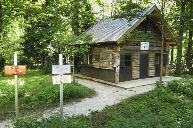 """Die """"Ur-Hölle"""", die erste Hütte im Höllentalanger unterhalb der Zugspitze"""