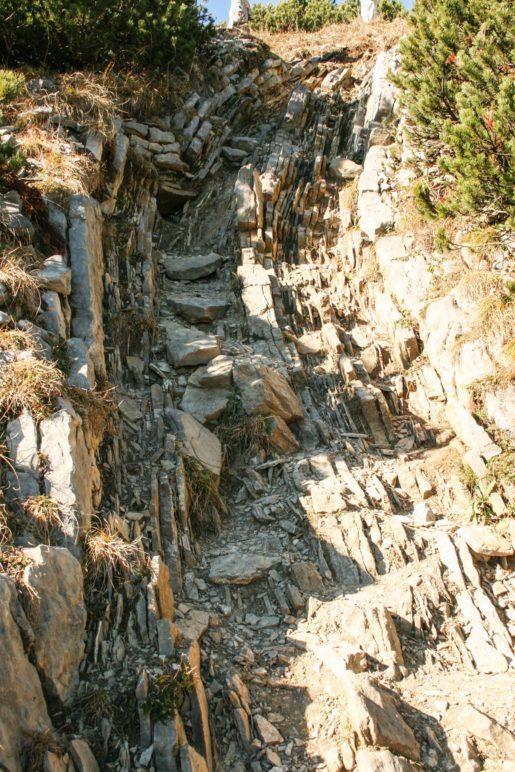 Durch die Felsrinne bergab