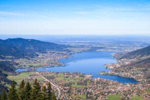 Vom Wallberg aus hat man wohl den besten Blick über den Tegernsee. Im Hintergrund liegt irgendwo München
