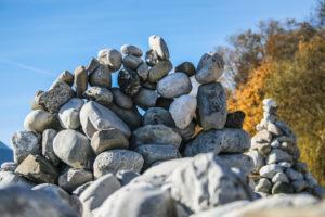 Ein kunstvoller Bogen als Steinmauer