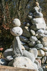 Ein dreieckiger Stein mit zwei Kugeln auf der Spitze