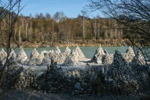 Versammlung von Pyramiden am Ufer der Isar