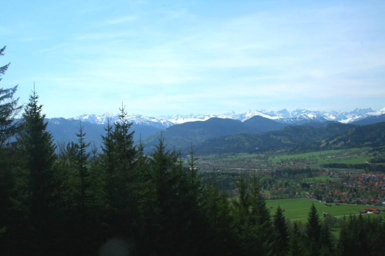 Der Blick von der Denkalm über Lenggries auf die Alpenkette