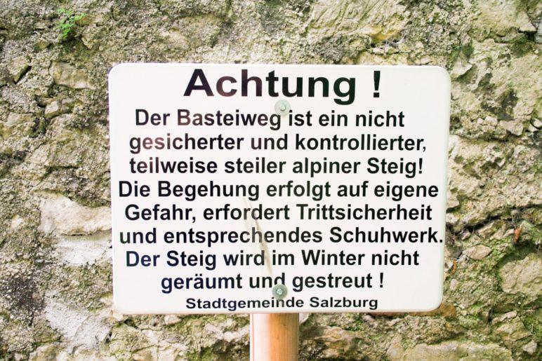 Warnschild der Stadt Salzburg auf dem Basteiweg