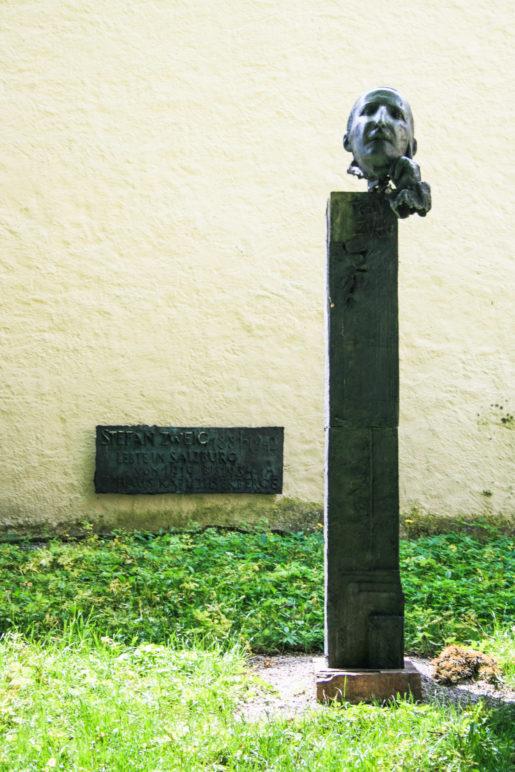 Das schlichte Denkmal für sen Schriftsteller Stefan Zweig auf dem Kapuzinerberg