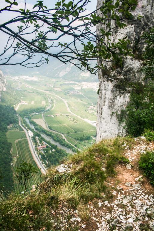 Der schmale Weg führt an dieser Stelle kurz direkt am Abgrund entlang