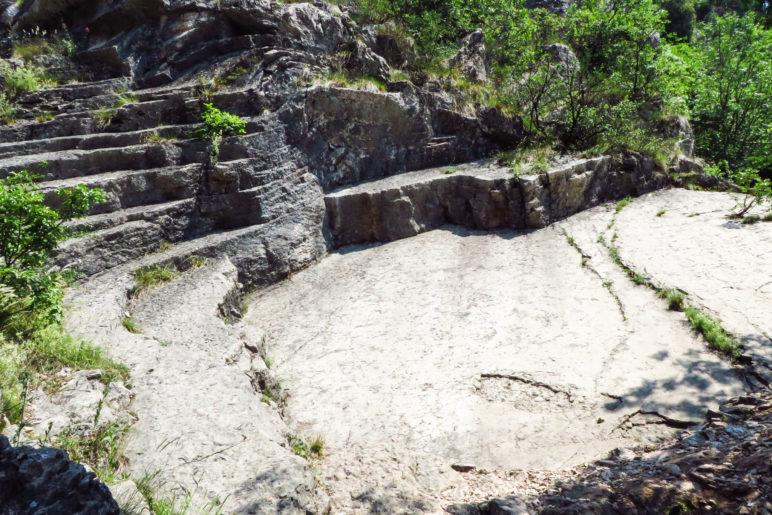 Diese Felsformation hat uns an ein Aamphiethearter erinnert