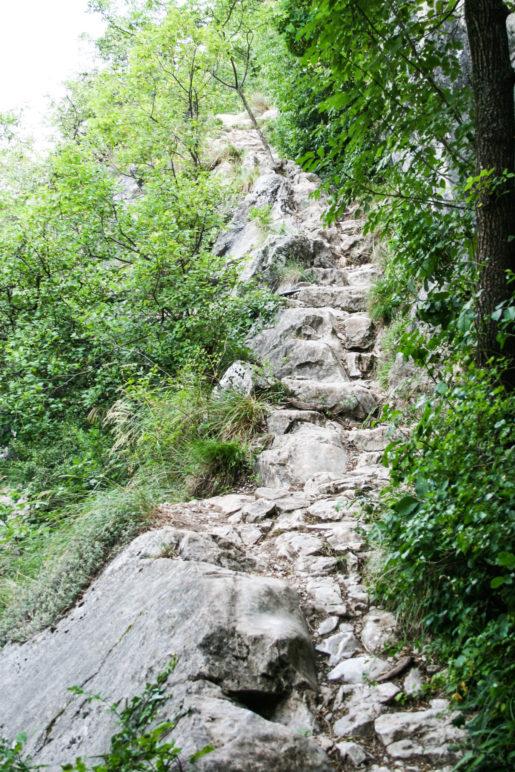Steinstufen auf dem Weg den Colodri hinauf