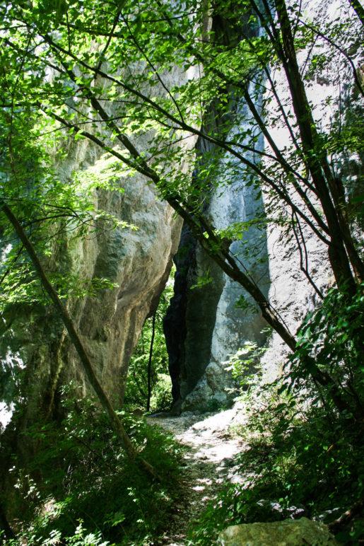 Am Felstor auf dem Weg zum Gipfel des Nodice