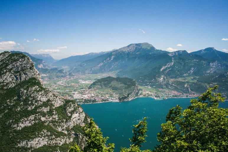 Blick vom Nodice auf Riva del Garda und den Monte Brione